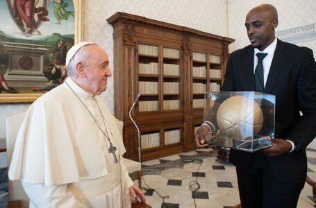 El Papa recibió y animó a jugadores de la NBA movilizados contra el racismo en EEUU