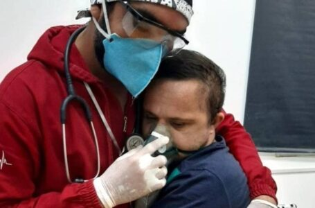 ¡Conmovedor! enfermero abraza a su paciente de COVID19 con síndrome de Down para darle oxígeno