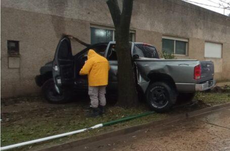 Un conductor incrustó su camioneta doble cabina en el árbol de la vereda en Funes