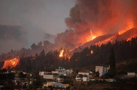 Miles de evacuados por la erupción del volcán Cumbre Vieja en las islas Canarias