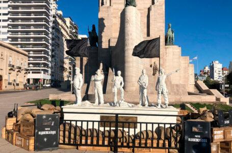 Estatuas de La Casa de Papel amanecieron en El Monumento a la Bandera