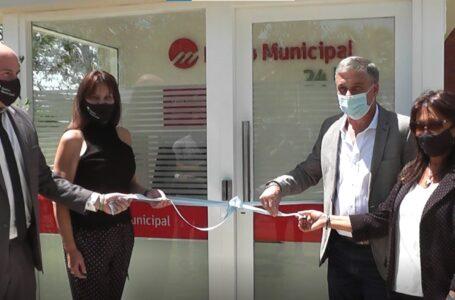 Pedretti junto a autoridades del  Banco Municipal de Rosario pusieron en función el primer cajero en TDS 3